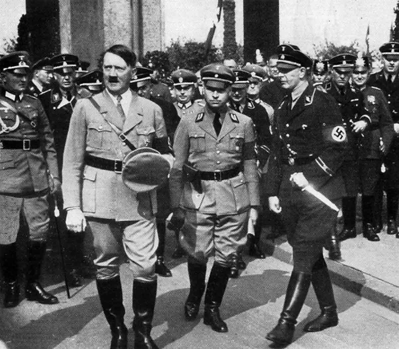 Adolf Hitler arrives in Köln to visit of the Saarausstellung in the Messhalle